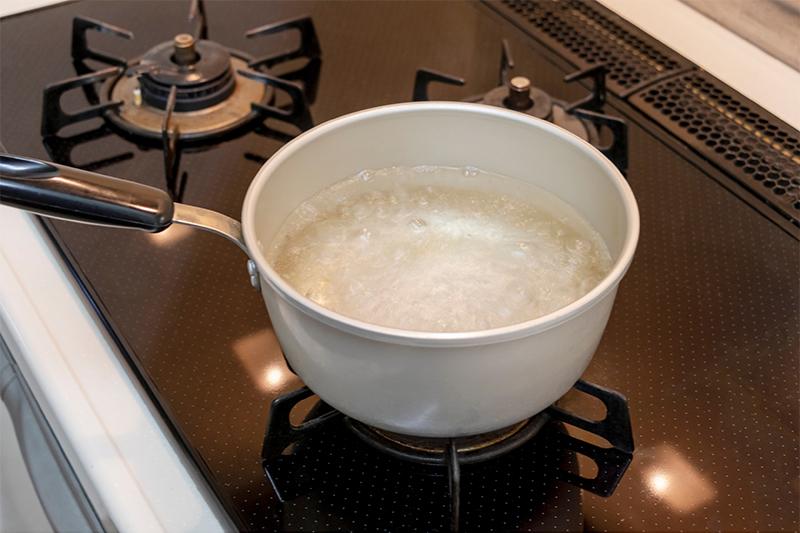Hirviendo agua con vinagre